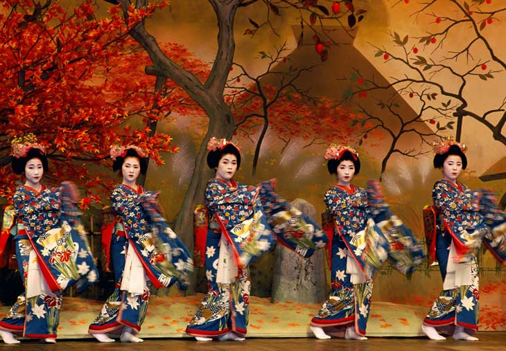 Danzas de otoño de geishas y maikos.
