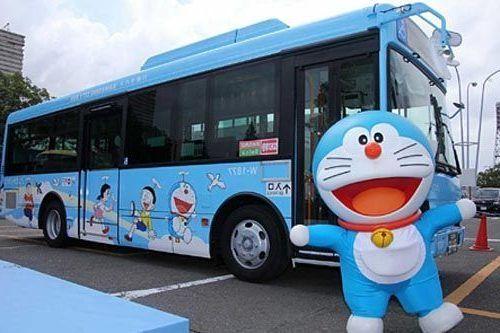 comprar entradas para el museo Doraemon. Autobús del museo.