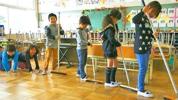 Curiosidades de Japón. Niños limpian la escuela.