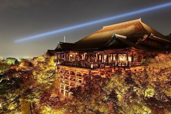 Templo Kiyomizudera de Tokio por la noche.