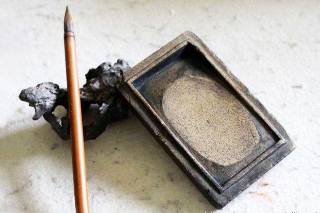 Tintero o suzuri (硯) y pincel o fude (筆) para caligrafía japonesa.