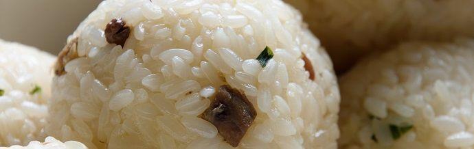 Onigiri. bolas de arroz. Platos de Japón.