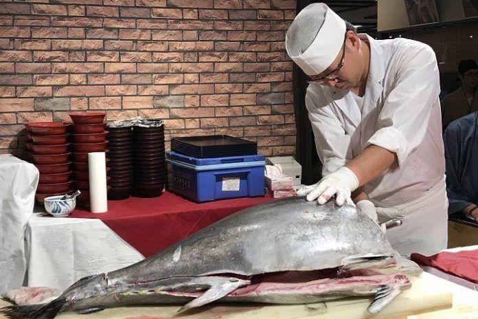 comer pescado crudo en Japón
