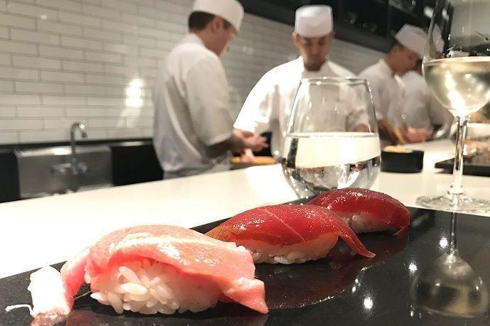 Comer sushi en Japón