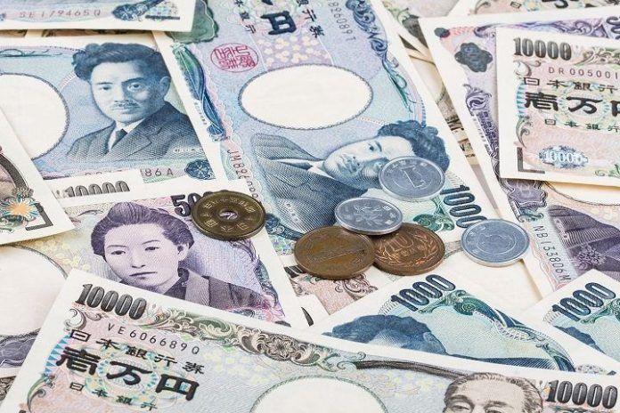 Billetes y monedas en yenes
